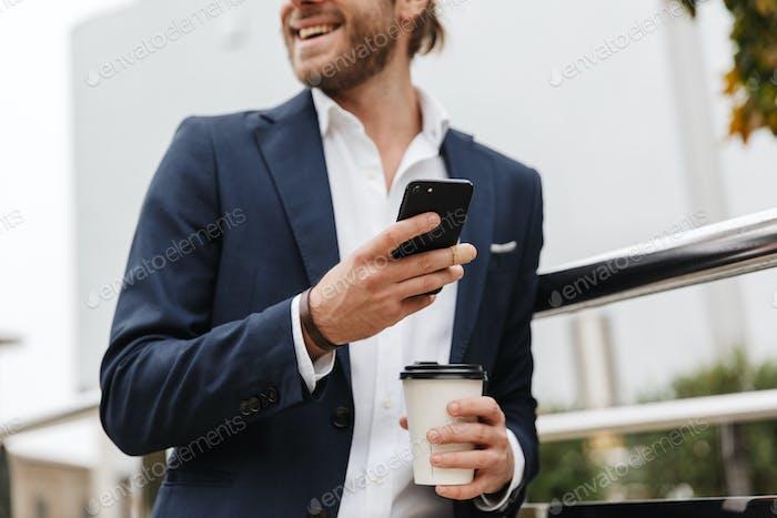 Abgeschnittenes Bild eines attraktiven selbstbewussten jungen blonden Mann