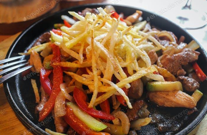 Fleisch gebraten mit Gemüse