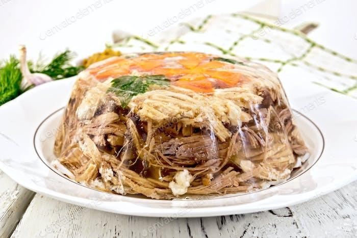 Gelee in großer Platte mit Petersilie und Karotten an Bord