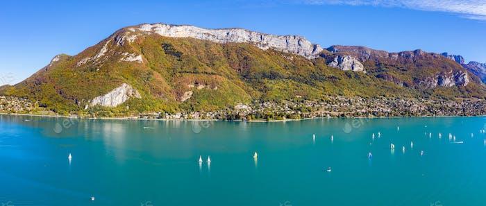 Luftaufnahme des Sees von Annecy in Frankreich