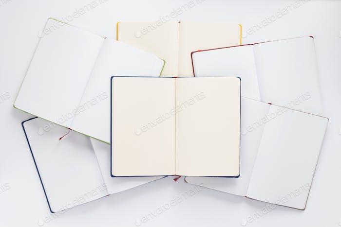 offenes Notizbuch oder Buch mit leeren Seiten auf weißem Hintergrund