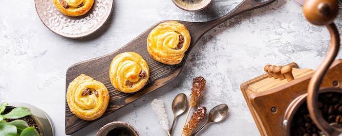 Süße Wirbelbrötchen mit Rosinen zum Frühstück