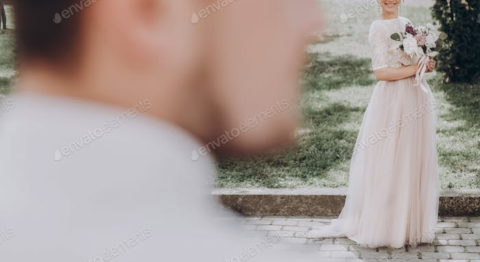 moderne Braut Blick auf Bräutigam