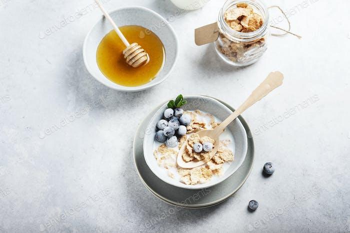 Frühstück mit Maisflocken