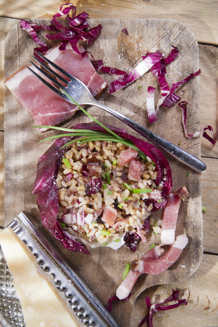 Brown rice with red radicchio and speck