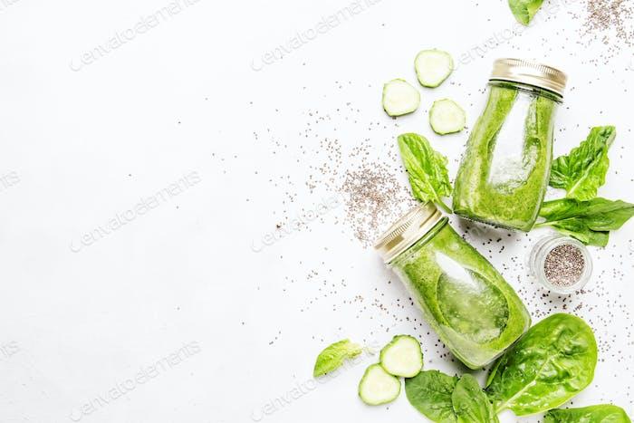 Grüne gesunde vegane Smoothies mit Spinat, Gurke und Chiasamen