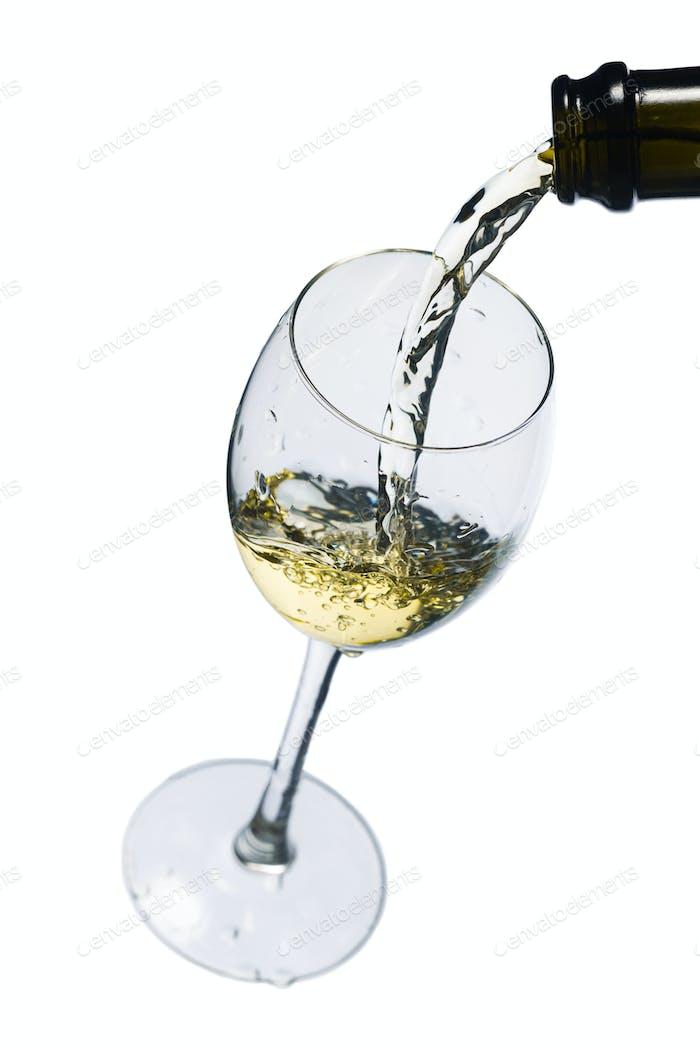 Weinglas auf weißem Hintergrund