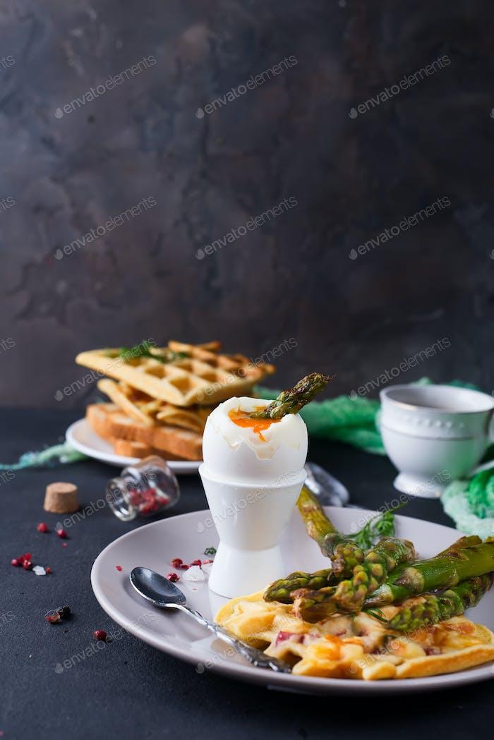 Frühstück mit Ei und einer Tasse Kaffee