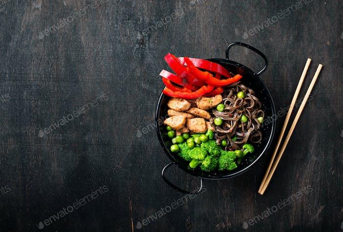 Stir braten Soba mit Fleisch und Gemüse