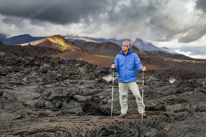 Joven viajero sobre un Fondo de Rock volcánica. Kamchatka.