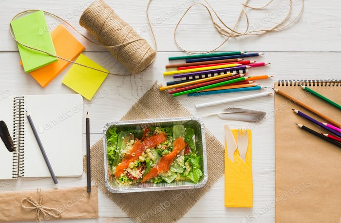 Gesundes Essen in Folienbox auf Arbeitstisch, Diät-Konzept.