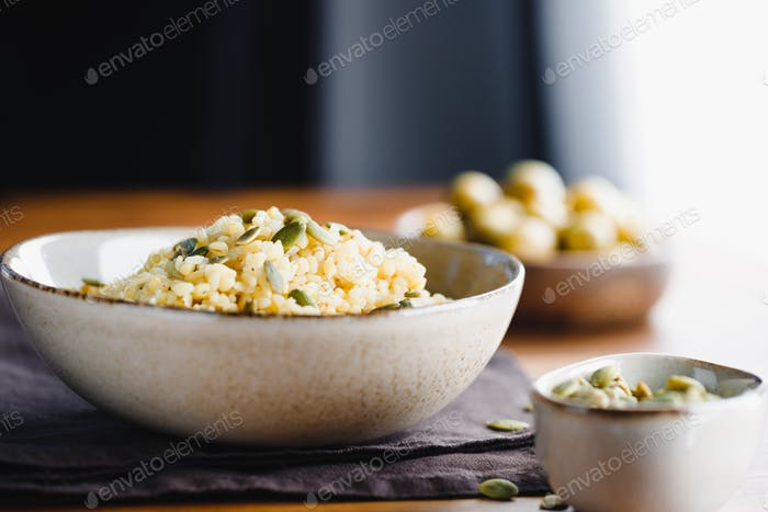 Bulgur mit pepitas, gesunde Ernährung einfaches Rezept aus lang gelagerten Lebensmitteln.
