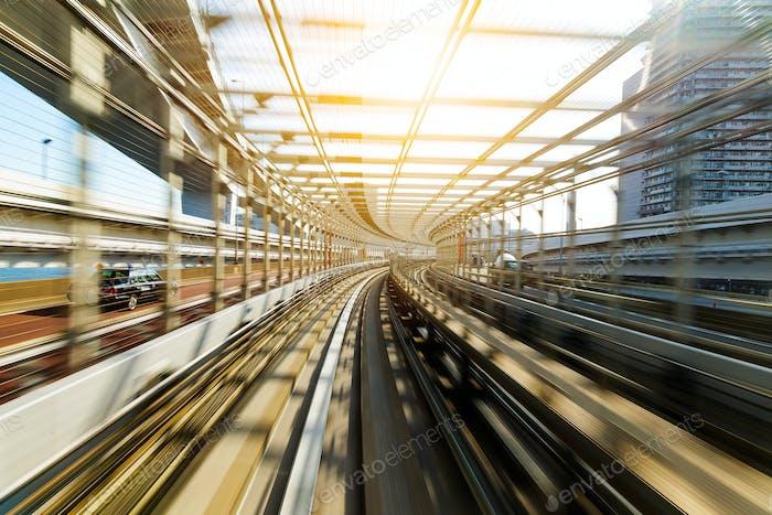 Bewegungsunschärfe der japanischen Mono-Schiene am Tag