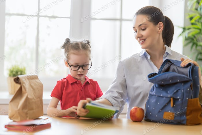 Glückliche Familie bereitet sich auf die Schule vor.