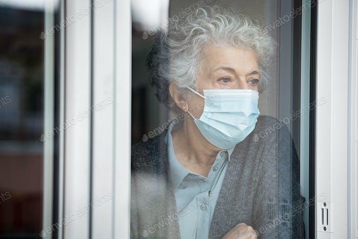 Depressive Seniorin in Quarantäne zu Hause leidet unter Einsamkeit