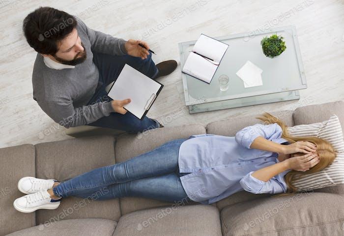 Verzweifelte Frau Analyse innerer Probleme bei der Sitzung