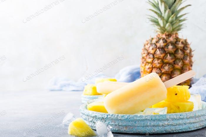 Hausgemachte Ananas Eis am Stiel