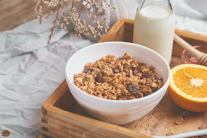 Guten Morgen. Frühstück auf weißen Bettlaken.