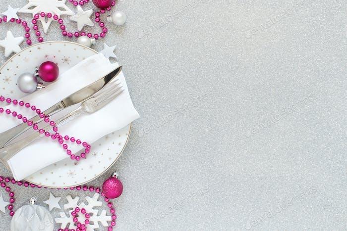 Weiße, silberfarbene und rosa Weihnachtstischeinstellung