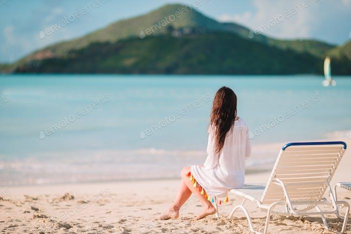 Jeune femme de mode en maillot de bain sur la plage