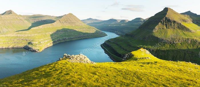 Panorama über majestätische sonnige Fjorde von Funningur