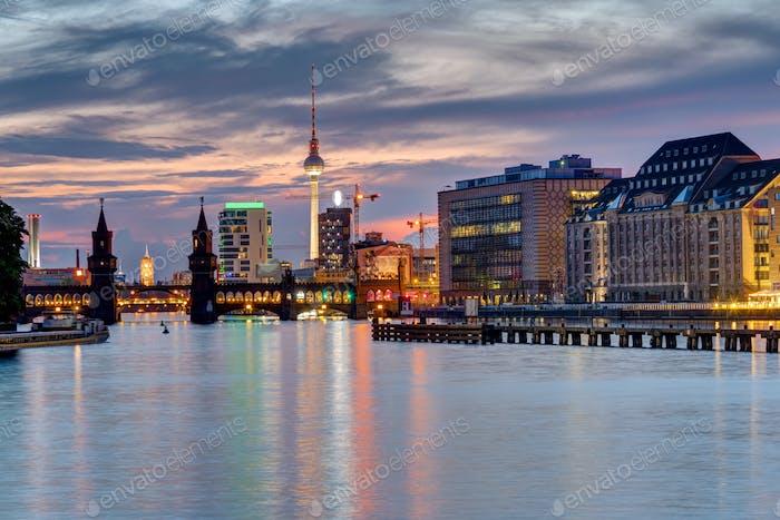 Noche en el río Spree en Berlín