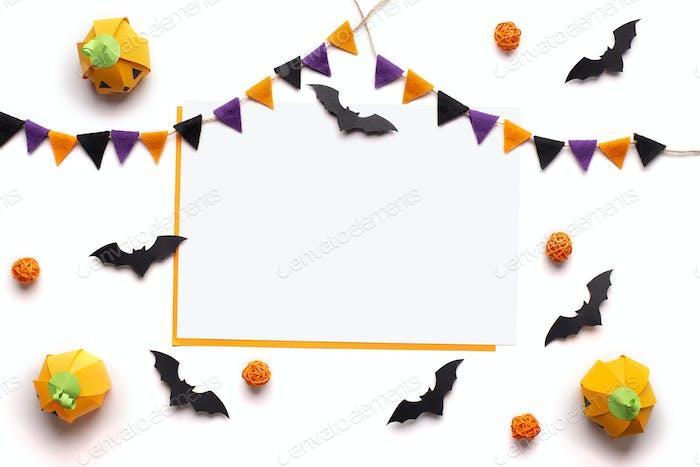 Konzeptioneller Halloween-Hintergrund mit Weihnachtsdekorationen und Rahmen