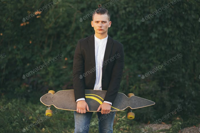 Bild eines Mannes mit Longboard auf der Straße