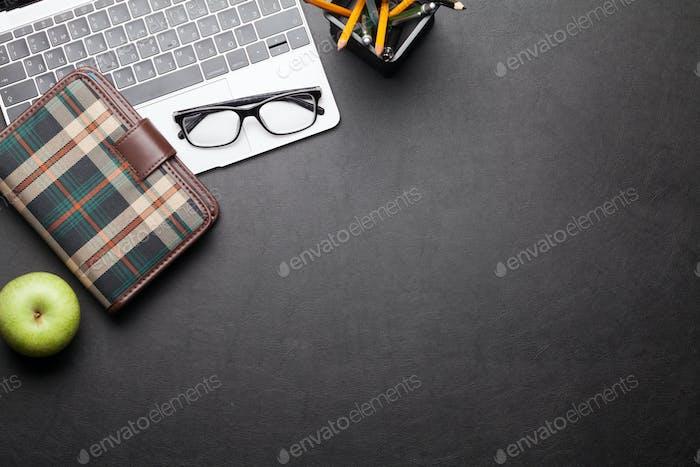 Schreibtisch Schreibtisch Tisch mit Laptop, Zubehör und Apfel