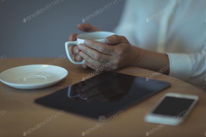 Mittelteil der Geschäftsfrau mit Tasse