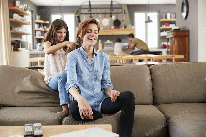 Tochter Pinsel Mutterhaar Wie Sie sitzen auf Lounge Sofa