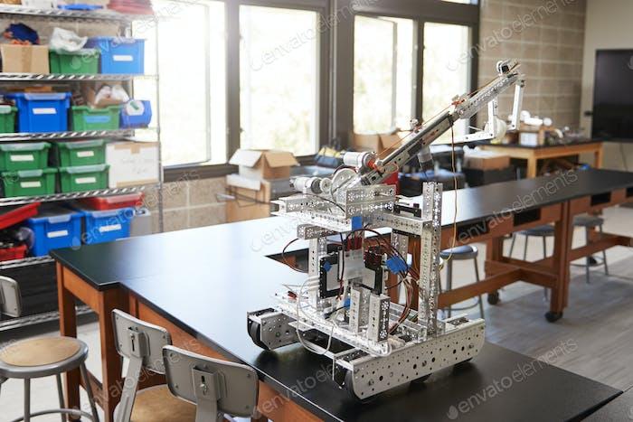 Roboterfahrzeug auf Schreibtisch in leere Wissenschaft Klassenzimmer