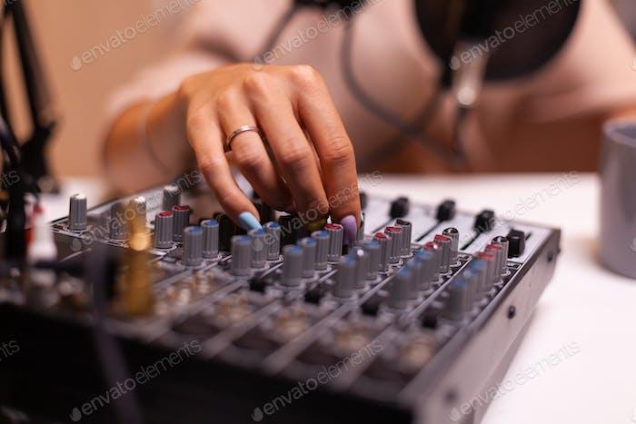 Überprüfen von Ton auf DJ-Mixer