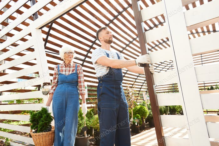 Zwei Gärtner arbeiten in Plantage