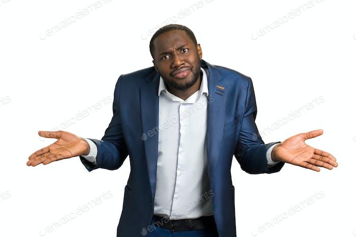 Verwirrter Geschäftsmann auf weißem Hintergrund