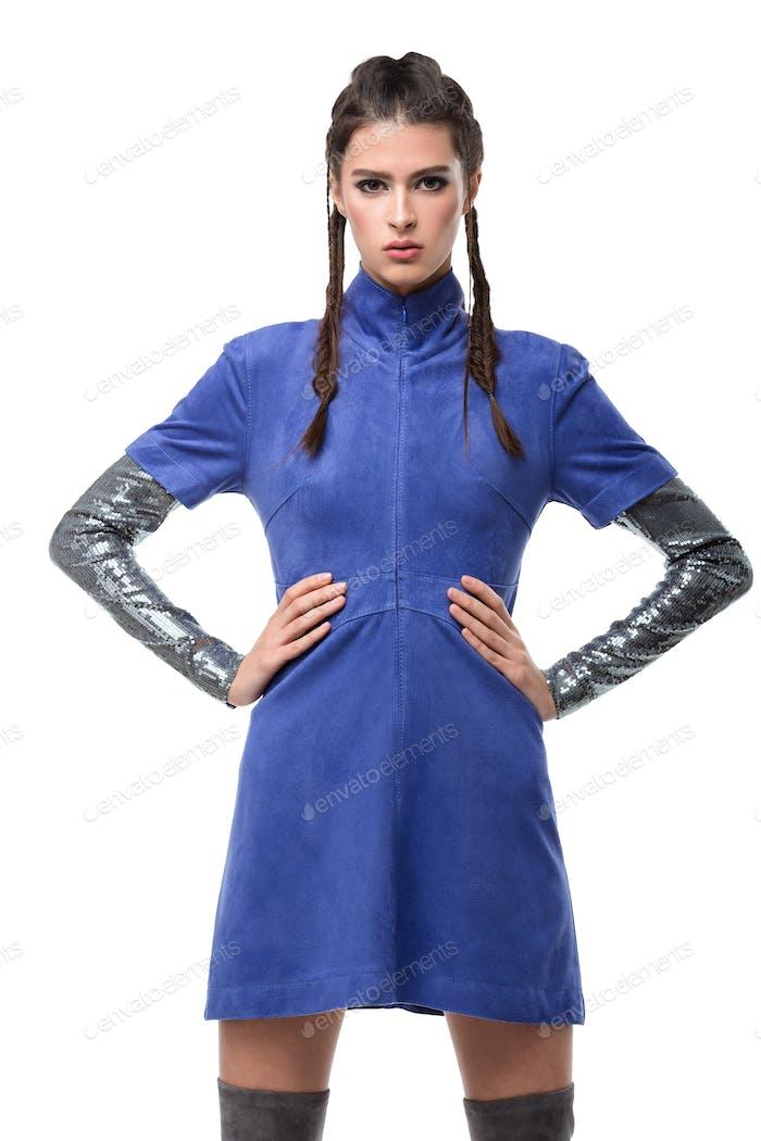 Porträt von schönen Dame stehend in blauem Kleid und träumig Blick in der Kamera auf weißem Hintergrund