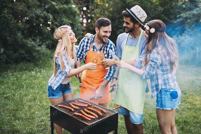 Freunde verbringen Zeit in der Natur und grillen