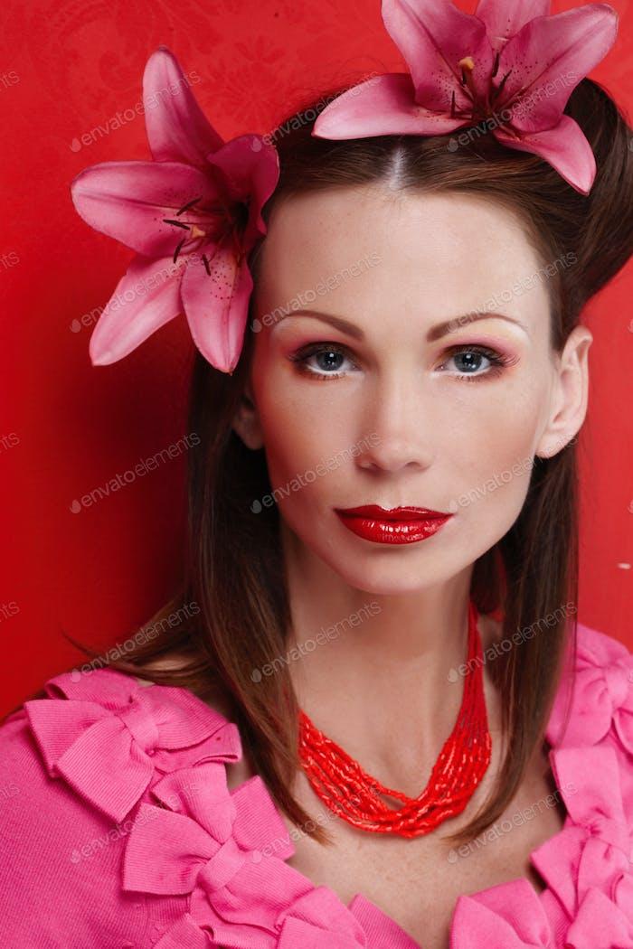 Frau in rosa Kleid