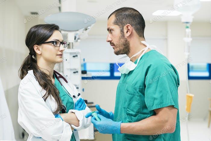 Medizinische Mitarbeiter im Gespräch
