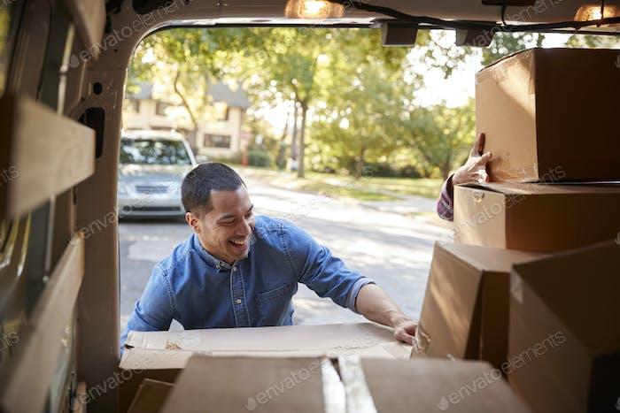 Paar Entladen Boxen von Van auf Familie Umzug In Tag