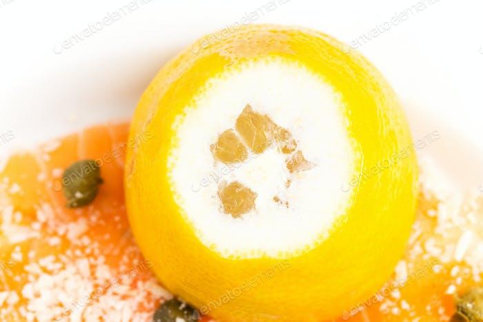 Appetitliche Lachs-Carpaccio mit Zitrone.