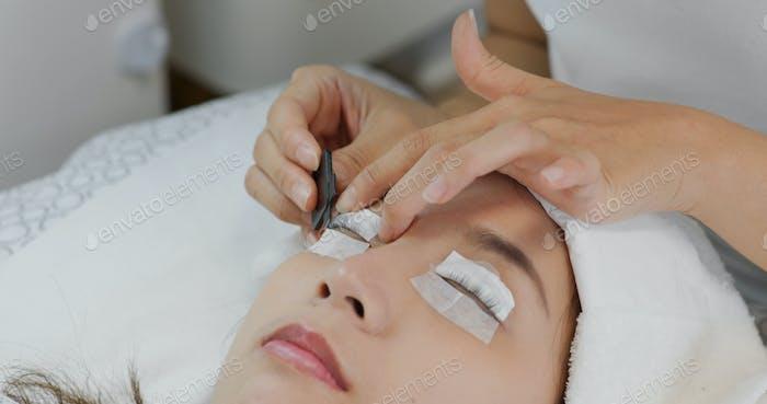 Frau Dauerwelle ihre Wimpern im Schönheitssalon
