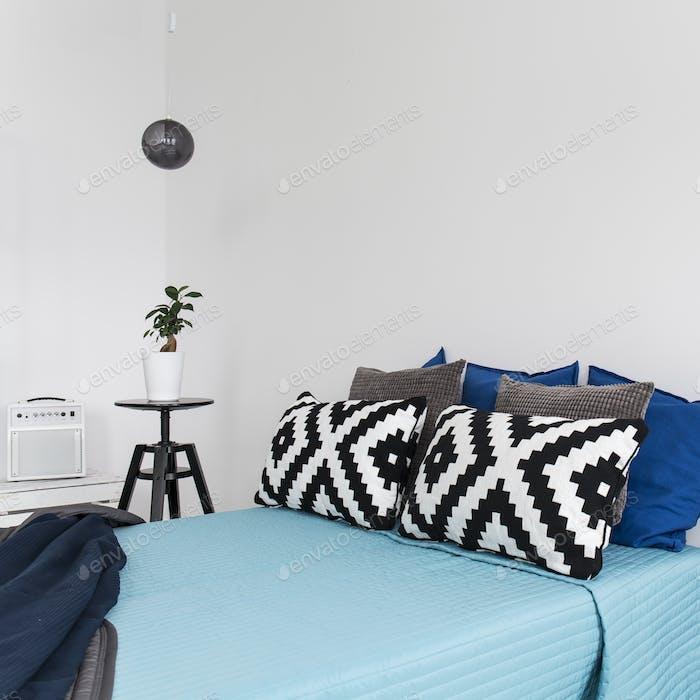 Moderno dormitorio azul con cama
