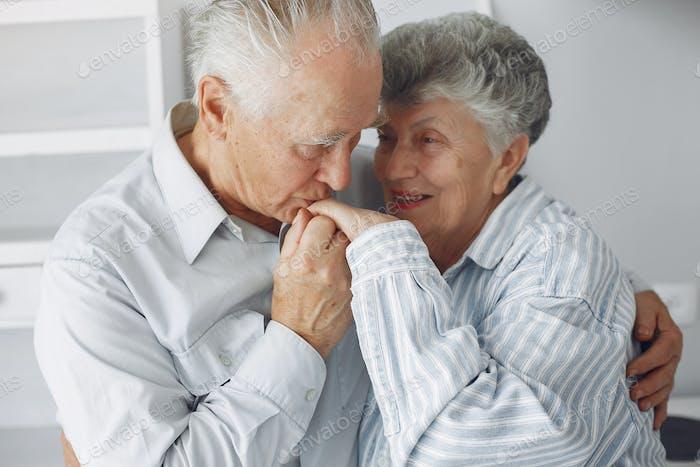Schöne alte Paar verbrachte Zeit zusammen zu Hause