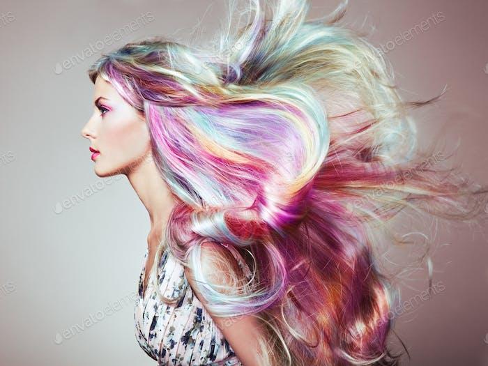 Chica modelo de moda de belleza con el pelo teñido de colores