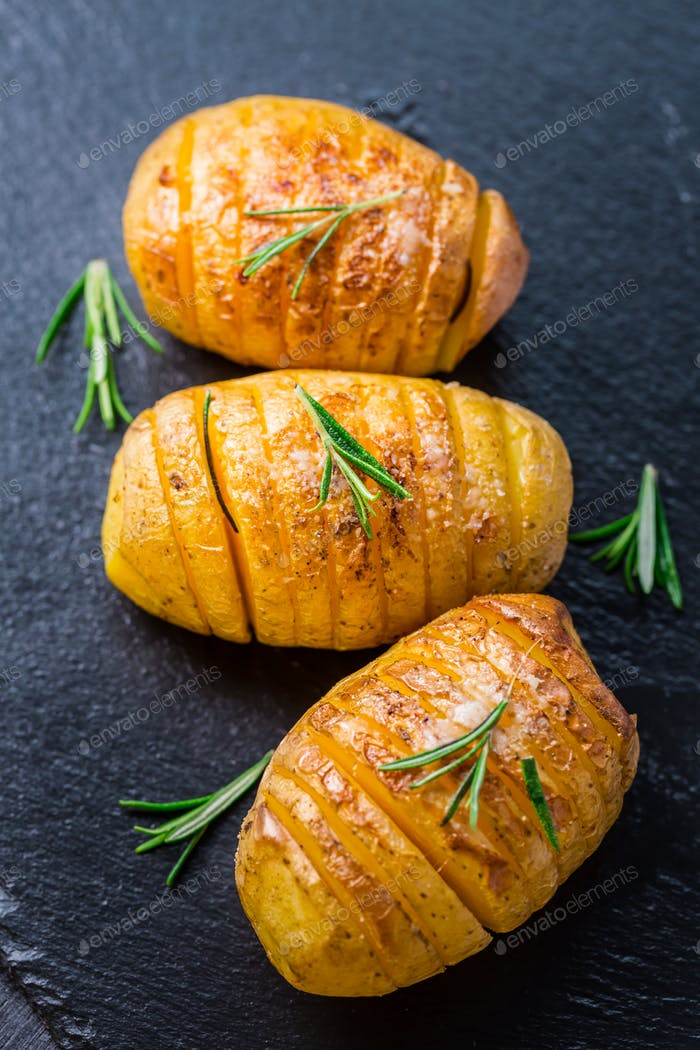 Hasselback Kartoffeln. Backed Kartoffeln aus Schweden mit Knoblauch und Kräutern