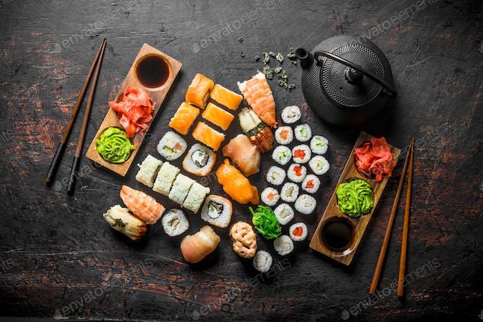 Set von Sushi-Rollen mit Ingwer und Sojasauce.