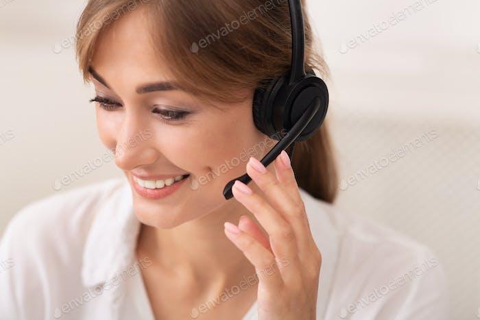 Positive Lady In Headset Arbeiten In Call Center, weißer Hintergrund