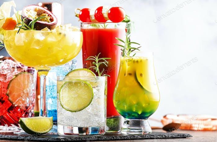 Set von sommerlichen alkoholischen Cocktails