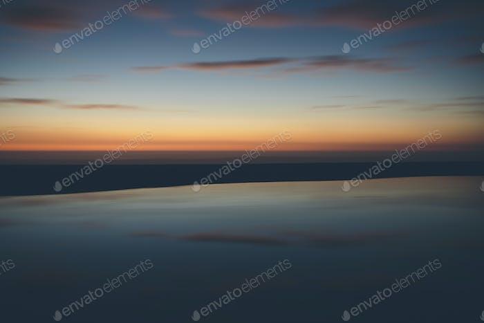 Meerlandschaft mit bewölktem Himmel bei Sonnenuntergang.